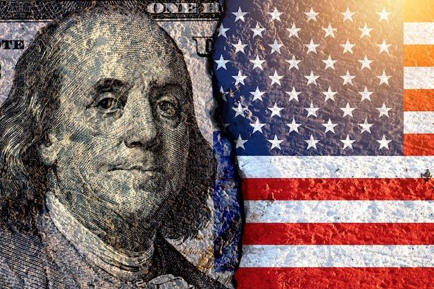 Benjamin franklin ex-president van de vs op amerikaanse dollarbankbiljet en vlag van de vs.