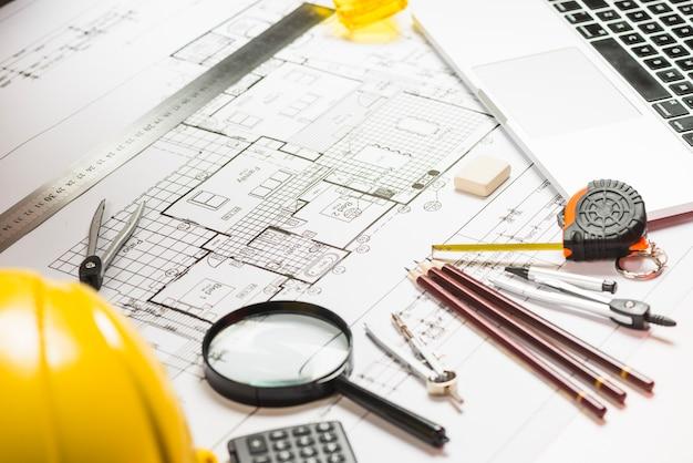 Benodigdheden en bouwvakker op plan
