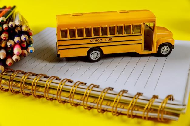 Benodigdheden voor de school op gele ondergrond school cocept.