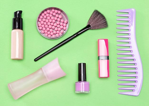 Benodigdheden voor moderne vrouwen make-up tas musthaves bovenaanzicht plat gelegd