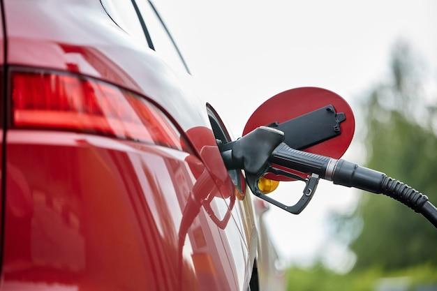 Benzine in de tank pompen