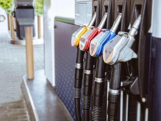 Benzinestation met colorul-de automatenachtergrond van de brandstofbenzine