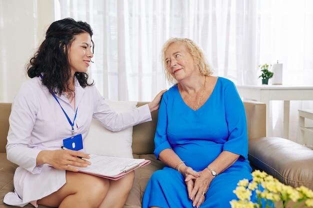 Beoefenaar bezoekt senior patiënt