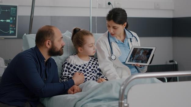Beoefenaar kinderarts vrouw arts wijzende radiografie expertise tonen xray