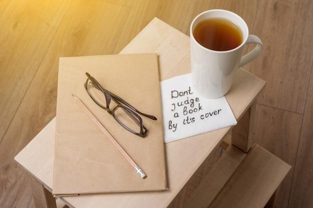 Beoordeel een boek niet door zijn omslag een handgeschreven inscriptie op een servet.