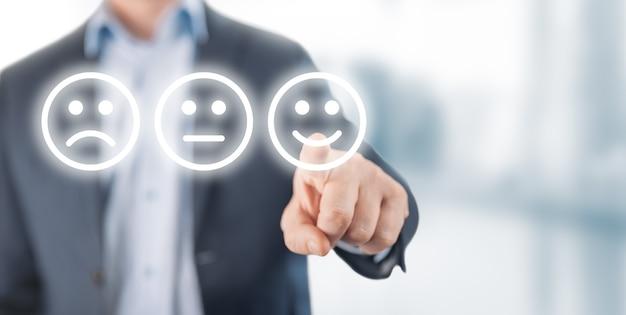 Beoordelingsconcept. man die gelukkige glimlach gezicht emotie kiest op onscherpe achtergrond