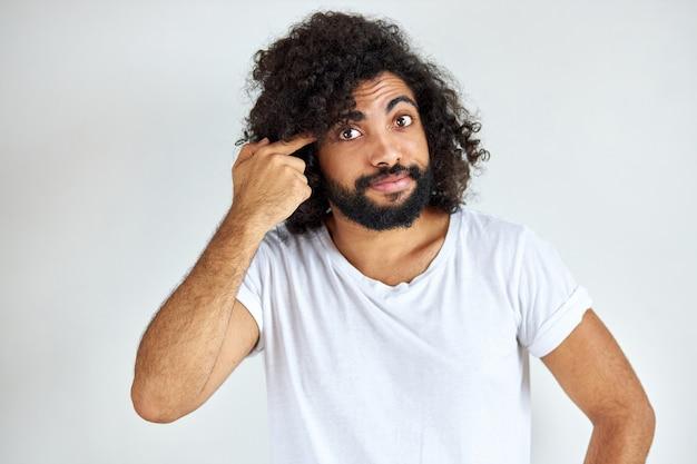 Bepaalde arabische man met baard denkt en kijkt bezorgd