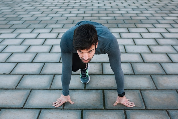 Bepaalde man op crouch start