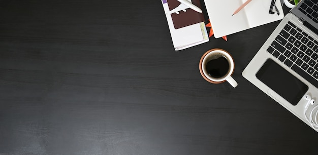 Bereid accessoires reizen dingen, bovenaanzicht op zwarte tafel met kopie ruimte.