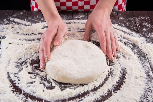 Bereid deeg voor het bakken in de keuken