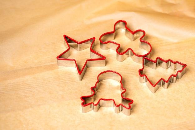 Bereid je voor op christmas gingerbread kookvormen klaar om deeg te snijden