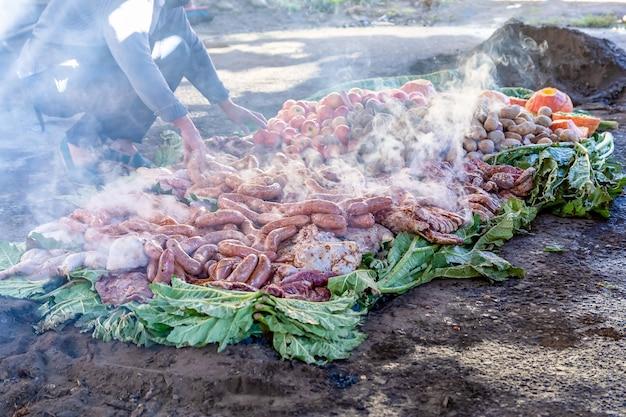 Bereiding van curanto - het traditionele gerecht van de oorspronkelijke mapuche-volkeren.