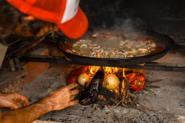 Bereiding van de sintels van de valenciaanse paella met sintels en groenten