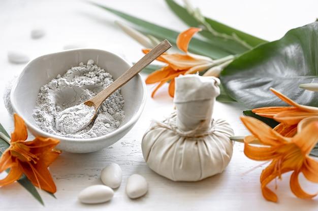 Bereiding van een cosmetisch masker van natuurlijke ingrediënten, gezichtsverzorging thuis of in een spa-salon.