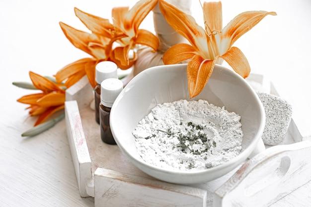 Bereiding van een cosmetisch masker van natuurlijke ingrediënten, gezichtsverzorging thuis.
