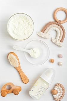 Bereiding van formule voor babyvoeding. babygezondheidszorg, biologisch mengsel van droge melkconcept.