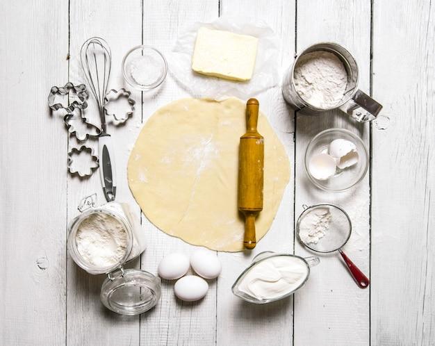 Bereiding van het deeg het uitgerolde deeg met de ingrediënten