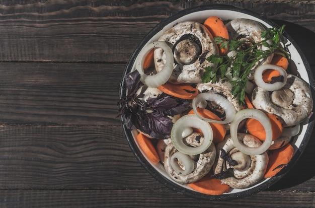 Bereiding van ingelegde champignons met groenten en kruiden