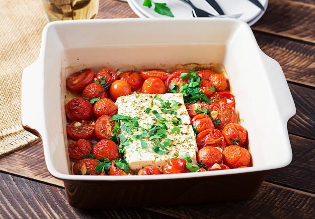 Bereiding van ingrediënten voor fetapasta. trending feta bake pasta recept gemaakt van cherrytomaatjes, feta kaas, knoflook en kruiden.