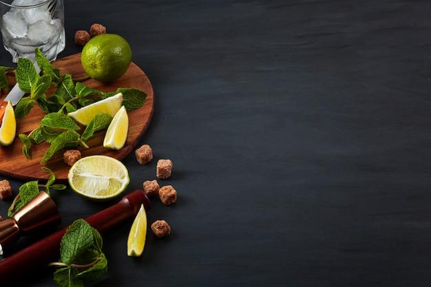 Bereiding van mojito-cocktail. bar gebruiksvoorwerpen en ingrediënten achtergrond