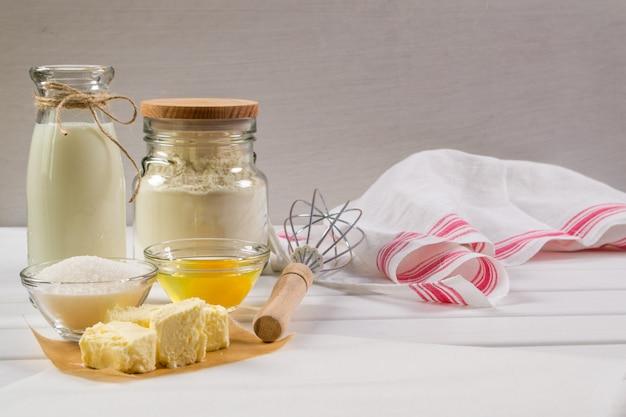 Bereiding van peperkoekkoekjes. ingrediënten en gereedschappen die nodig zijn om peperkoekdeeg te maken
