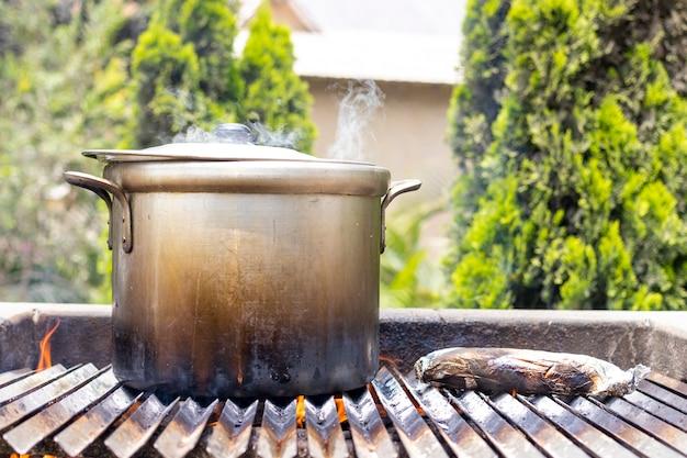 Bereiding van soep in een pot, in de natuur.