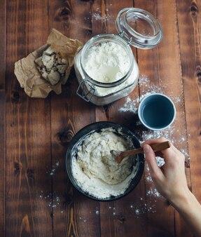 Bereiding van zuurdesem voor bakkerij. bakkerij concept. kopieer ruimte.