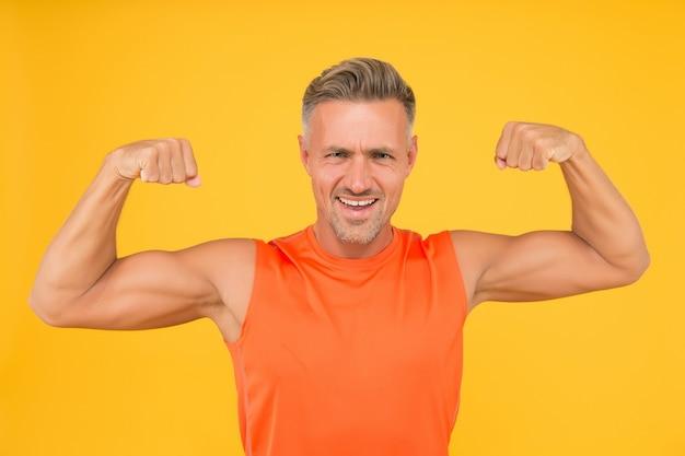 Bereik de beste vormen. sportman fysiek fit. actieve sporter. gezonde levensstijl. sporten en fitnessen. gespierd lichaam. trainen en trainen. volwassen en aantrekkelijk. sterke sportman in gymkleding.