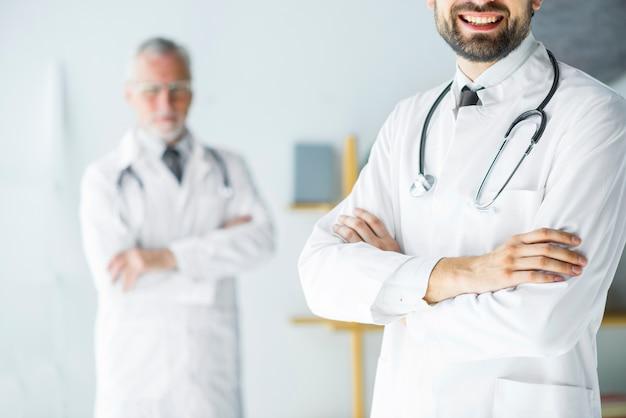 Bereik jonge arts die zich in bureau bevindt