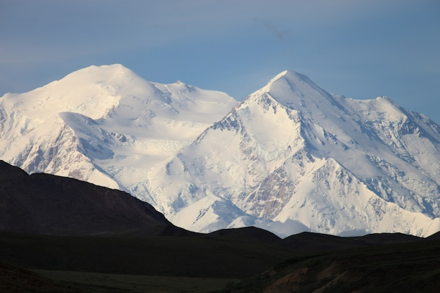 Bereik van prachtige hoge rotsachtige bergen bedekt met sneeuw in alaska