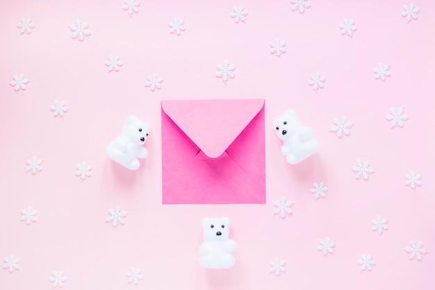 Beren en sneeuwvlokken rond envelop