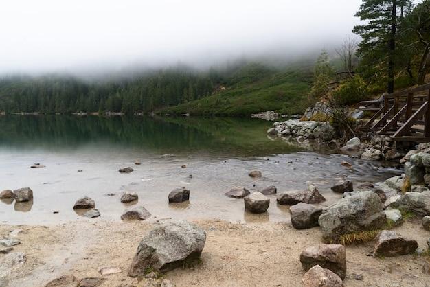 Berg aan het morskie oko-meer dichtbij zakopane, tatra-bergen