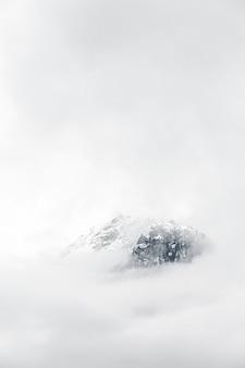 Berg bedekt met mist