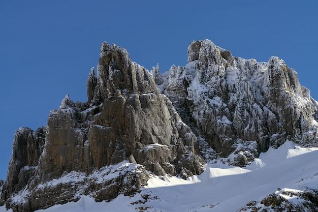 Berg bedekt met sneeuw