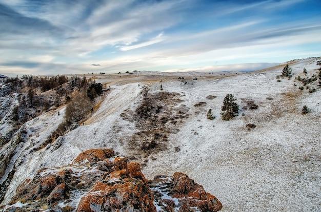 Berg boven de wolken. rock in siberië, olkhon island in de winter