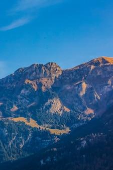 Berg bre op lugano-meer in zwitserland