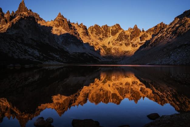Berg die in het meer nadenkt