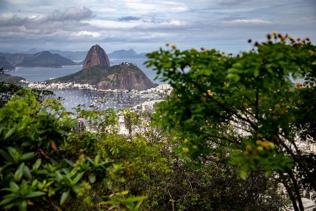 Berg en botafogo-strand in rio de janeiro, brazilië