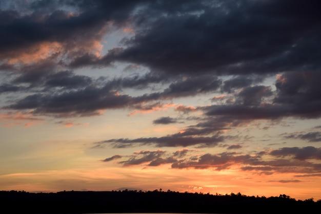 Berg en oranje hemel op zonsondergang