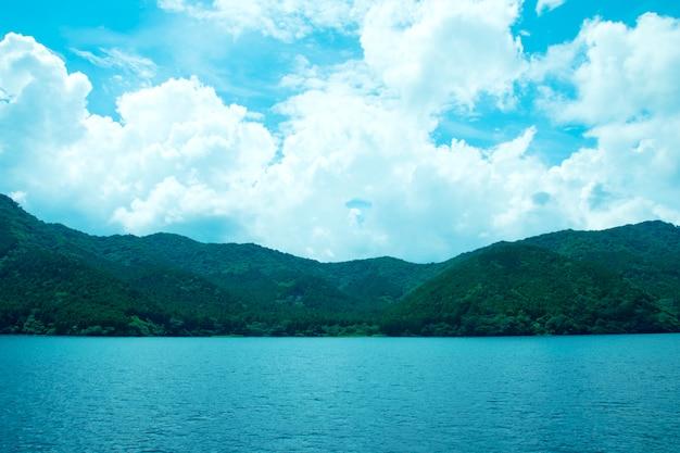 Berg en zee met blauwe lucht