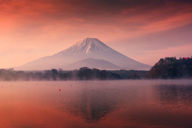 Berg fuji en shoji-meer bij dageraad