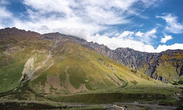 Berg heuvel pad weg panoramisch landschap, wolken in de blauwe lucht.