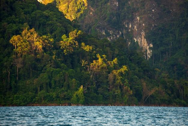 Berg in het water bij ratchaprapha-dam, guilin, thailand