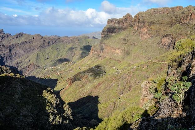 Berg kronkelende weg die leidt naar het dorp masca, tenerife, spanje. kronkelige weg. prachtig uitzicht.