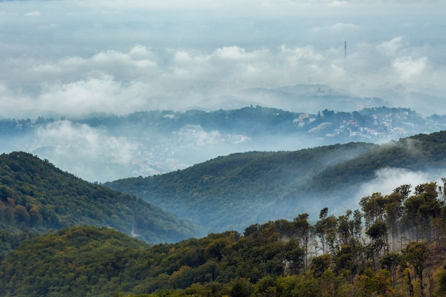Berg medvednica in zagreb onder de bewolkte hemel