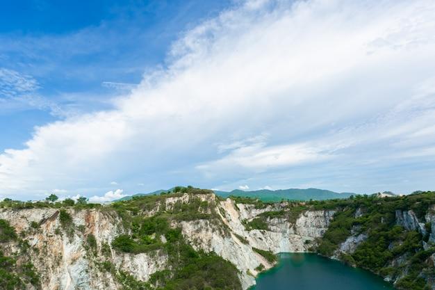 Berg met reservoir, toeristische attractie in chonburi of grand canyon chonburi.