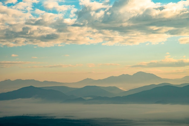 Berg met witte mist in de ochtend zonsopgang, natuur landschap. prachtige berg met witte mist in de ochtend zonsopgang, natuur landschap