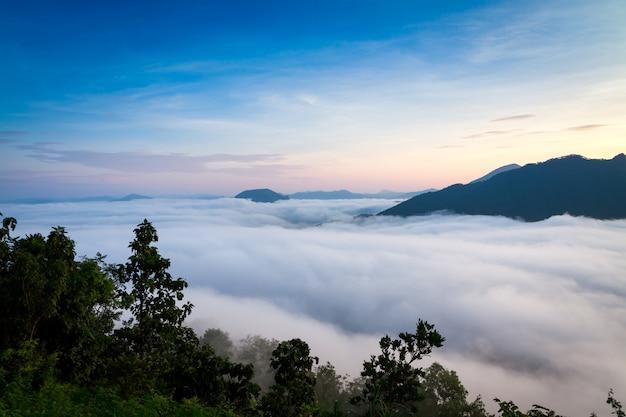 Berg met witte mist in ochtendzonsopgang, aardlandschap