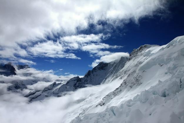 Berg mist piek landschap.