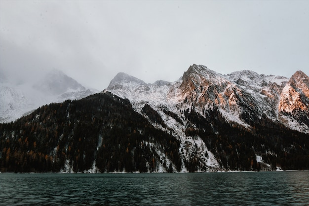 Berg naast waterlichaam